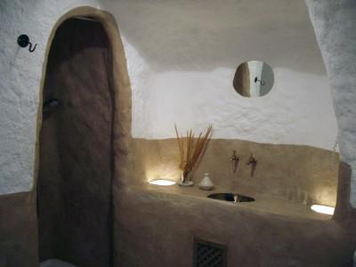 Ducha y lavabo de la habitación Taral